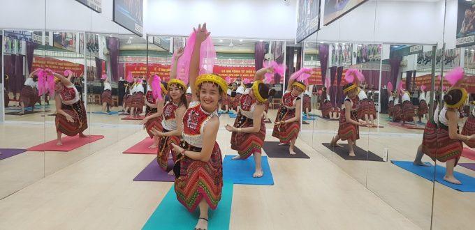 giáo viên dạy múa cho thiếu nhi