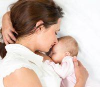 Cải thiện tư thế cho con bú trị đau lưng sau sinh