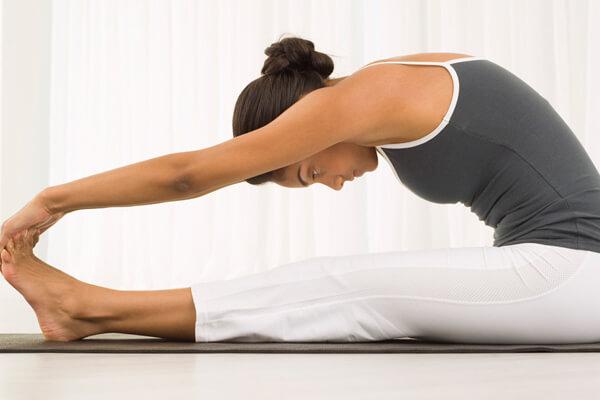 Tư thế cúi gập người là một động tác yoga giảm bụng mỡ sau sinh