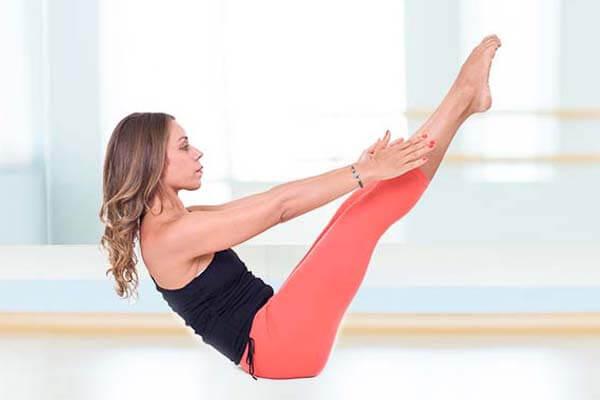 Tư thế con thuyền là một động tác yoga giảm mỡ bụng sau sinh hiệu quả